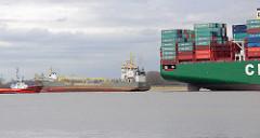 Heck des auf der Elbe der havarierte, aufgelaufene Containerfrachter CSCL Indian Ocean - lks. der Bagger Causeway.