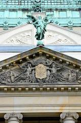 Tympanon, Giebelschmuck mit Wappen und Engel an der Oberlausitzer Gedenkhalle in Zgorzelec / Görlitz.