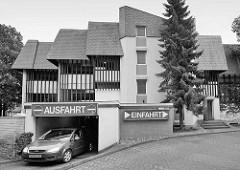 Moderne Architektur - Parkhaus in Goslar; Schilder Einfahrt / Ausfahrt - Schwarz Weiss Darstellung.