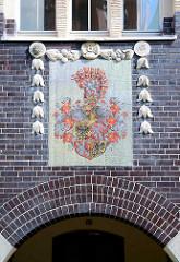Stadtwappen von Görlitz als Fassadenschmuck - Backsteinfassade und Jugendstildekor.