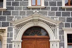 Fassadendekoration - Stuckelemente mit Malerei - Oberlicht; Haustür in Görlitz.