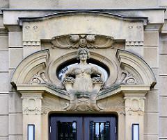 Figurenschmuck am Eingang des Gebäudes der ehem. Rothenburger Versicherung - jetzt Nutzung durch die Hochschule Zittau / Görlitz.