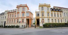 Symmetrische Wohnhäuser in neoklassizistischem Baustil - unterschiedliche Farbgestaltung, Architektur in Görlitz.
