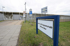 Schild und Eingang - Justizvollzugsanstalt Billwerder; JVA Hansestadt Hamburg.