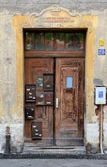 Eingangstür / Doppeltür mit Jugendstilschnitzereien - Briefkästen auf dem Türblatt; Wohnhaus in Görlitz.