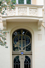 Jugendstiltür und Oberlicht mit Jugendstilfenster - Balkonbrüstung; Architekturfotografie aus Görlitz.