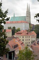 Blick über die Dächer von Görlitz zur St. Peter und Paul Kirche mit den charakteristischen Doppeltürmen.