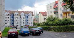 Wohnhäuser, Plattenbau in in Zgorzelec  - im Hintergrund das Kirchenschiff und die Kirchtürme / Doppeltürme der Görlitzer Pfarrkirche St. Peter und Paul.