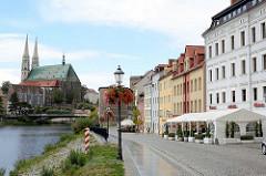 Uferpromenade an der Neisse in Zgorzelec - im Hintergrund die evangelische Pfarrkirche St. Peter und Paul und das Waidhaus.