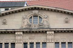 Figürliches Giebeldekor am Warenhaus Görlitz - Jugendstilarchitektur; Gesamtnutzfläche von ca. 10 000 Quadratmetern; eröffnet 1913 - Architekt Carl Schmanns, eine Wiedereröffnung ist geplant.