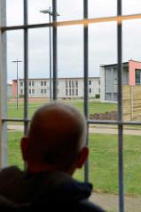 Blick durchs Gefängnisgitter in der JVA Billwerder.