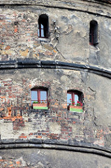 Fenster mit Blumenkästen, Detail vom Reichenbacher Turm in der Altstadt von Görlitz, mit 49 Metern der höchste der drei erhaltenen Wach- und Wehrtürme von der Görlitzer Stadtbefestigung.