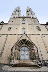 Eingang der Pfarrkirche St. Peter und Paul / Peterskirche; zwischen 1425 und 1497 neuerbaute fünfschiffige spätgotische Kirche.