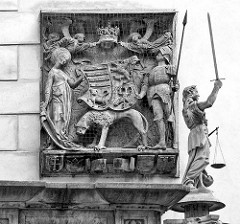 Wandrelief - Figur Justitia beim Alten Rathaus von Görlitz;