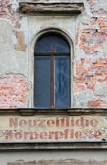 Hausfassade mit abbröckelndem Putz - Wohnhaus in Görlitz, Fassadenbeschriftung Neuzeitliche Körperpflege.