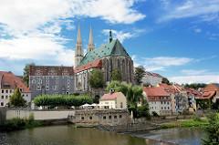 Blick über die Neiße nach Görlitz; im Vordergrund das ehem. Turbinenhaus - dahinter das Kirchenschiff der St. Peter und Paul Kirche.