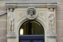 Figurenschmuck über dem Eingang der Hochschule Zittau / Gölitz - ehem. Gebäude der Rothenburger Versicherung.