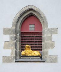 Löwenfigur in einer gotischen Fensternische bei der Mondphasenuhr vom Görlitzer Rathaus; der goldene Löwe liess bei Neumond mit Hilfe eines Orgelwerks ein kräftiges Brüllen ertönen.