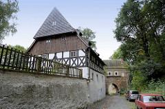 Finstertor und Scharfricherhaus - das Finstertor  ist das einzige erhaltene Stadttor der ursprünglich dicht bevölkerten Nikolaivorstadt. Zwischen den Durchgängen konnte ein Fallgatter herabgelassen werden.
