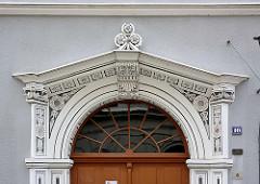 Eingangsdekor - Stuckdekoration am Türsturz eines historischen Gebäudes in Görlitz.