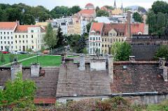 Wohnhäuser und Dächer der polnischen Stadt Zgorzelec an der Neisse.