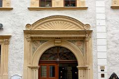 Mit Stuck und Malerei verzierter Türsturz - Eingang eines Wohnhauses in Görlitz.
