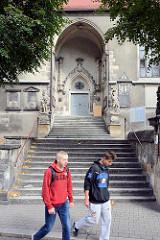 Eingang der Pfarrkirche Mariä Himmelfahrt; Ersterwähnung im 13. Jahrhundert, im Hussitenkrieg 1429 zerstört - wiedererrichtet als dreischiffiger gotischer Bau - Zerstörung im 30 jährigen Krieg; Wiederaufbau 1692 in spätgotischem Baustil.