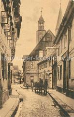 Historischer Blick von der Bergstrasse in die Marktstrasse von Gosslar; Kirchtürme der Marktkirche St. Cosmas und Damian. Ein Pferdefuhrwerk / Pferd und Wagen fährt auf dem Kopfsteinpflaster.