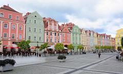 Barocke Bürgerhäuser am Ring in Bunzlau / Bolesławiec; Wiederaufbau nach den Zerstörungen im II. Weltkrieg; Springbrunnen.