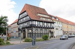 Historisches mehrgeschossiges Fachwerkgebäude mit Mansadenfenstern - jetzt Hotel an der Gerberstrasse.
