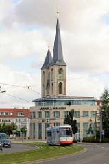 St. Martini -  Kirche im gotischen Baustil; Halberstadt - Ursprungsbau aus dem frühen Mittelalter; erstmals 1186 urkundlich erwähnt. Rathauspassagen und fahrende Strassenbahn.