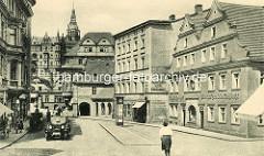 Historische Ansicht der Altstadt von Kłodzko / Glatz; Geschäft und Automobile - Passanten auf dem Bürgersteig.