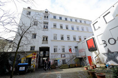 Schanzenhof - ehem. Montblanc Gebäude in der Schanzenstrasse / Bartelsstrasse in Hamburg Sternschanze. Zum 31.03.2016 wurden fünf Mietern des Schanzenhofs gekündigt. Darunter ist das Alternativ-Hotel Schanzenstern mit Biorestaurant.