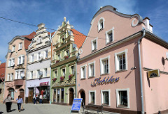 Historische Wohnhäuser / Geschäftshäuser in Kłodzko / Glatz - unterschiedliche Giebelformen und Fassadengestaltung.