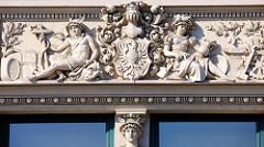 Stuckdekor - Figuren Relief, Fenstersturz am Zippelhaus Nr. 3; Wohn- und Kontorhaus erbaut 1890, Architekt Carl Elvers.