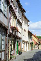 Fachwerkgasse Rosenwinkel in Halberstadt, blühende Geranien und Rosen.