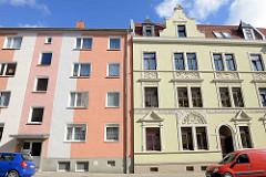 Wohnhäuser in Halberstadt - Betonfassade, farblich abgesetzt - Gründerzeitgebäude mit Stuckdekor / neu + alt.