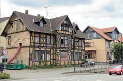 Restaurierung eines historischen Fachwerkhauses - re. ein renoviertes Pendant.
