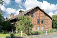 Historisches Lagergebäude, Fachwerkkonstruktion - blauer Himmel, weisse Wolken / Fotos aus Halberstadt.