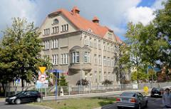Mehrstöckiges Schulgebäude mit rundem Eck-Erker - Architektur in Bunzlau / Bolesławiec.