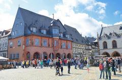 Marktplatz in Goslar, lks.  das 1494 erbaute Kaiserworth, ehem. Gildehaus der Tuchhändler - jetzt Hotel und Restaurant.