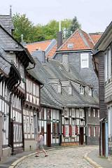 Historischer, mittelalterlicher Strassenzug in Goslar - Fachwerkhäuser mit Schindeldächern - Gasse mit Kopfsteinplaster.