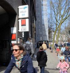 Ehem. Montblanc-Haus in der Schanzenstrasse von Hamburg Sternschanze - Eingang zum Schanzenhof; Schilder für Kino 3001 und Schanzenstern, Hotel und Restaurant. Zum 31.03.2016 wurden fünf Mietern des Schanzenhofs gekündigt.