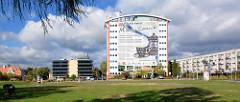 Moderner Neubau - Verwaltungsgebäude der Region Bunzlau / Bolesławiec - großflächiges Werbeplakat an der Hausfront für die Keramikstadt Bolesławiec.