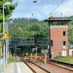 Bahnarbeiter überqueren die Gleise - Stellwerk von Blankenburg / H.