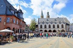 Marktplatz in Goslar, lks.  das 1494 erbaute Kaiserworth, ehem. Gildehaus der Tuchhändler - jetzt Hotel und Restaurant. In der Bildmitte das historische Rathaus der Stadt; Baubeginn Mitte des 15. Jahrhunderts.