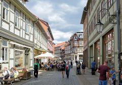 Altstadt von Wernigerode - Fachwerkhäuser / Aussengastronomie - Westernstrasse, im Hintergrund der Marktplatz.