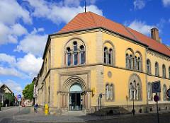 Eingang - historisches Postgebäude in Halberstadt; Jugenstilschrift Postamt.