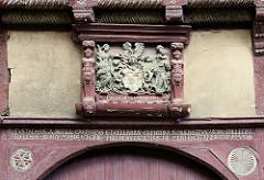 Wappen und Inschrift im Türbalken - Jahreszahl 1588; Fachwerkarchitektur in Westendorf / Halberstadt.