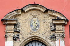Fassadenschmuck  eines Gebäudes in der  Altstadt von Świdnica / Schweidnitz; goldenes Monogramm mit Krone - Jahreszahl 1717.
